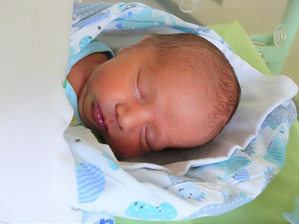 Karel Navrátil se narodil 6. července 2021 v kolínské porodnici, vážil 2815 g a měřil 47 cm. Do Nymburka si ho odvezly sestřičky Anička (9), Helenka (8), Maruška (2.5) a rodiče Michaela a Jiří.