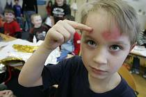 Starší žáci učili mladší kamarády zdravovědu na 5. Základní škole v Kolíně.