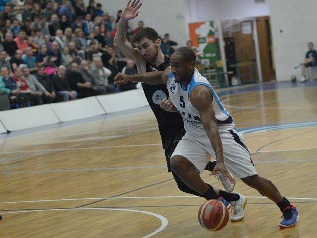 Z utkání BC Geosan Kolín - Brno (96:71).