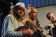 Sborovým zpěvem doprovázeným pouze zvukem dvou kytar bez aparatury končil již 24. ročník folkově – trampsko – country setkání Červenopečecká pecka v zahradě kuželny za sokolovnou v Červených Pečkách.