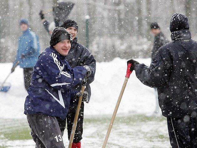 Hráči FK Kolín místo zápasu pomáhali odhazovat sníh z umělky.