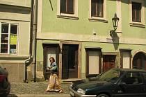 Někdejší rabínský dům v ulici Na Hradbách.