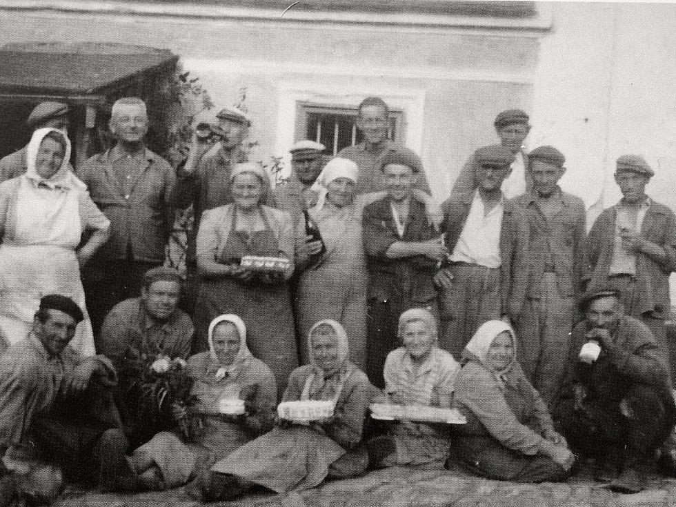 Oslava dožínek v Bříství roku 1955.