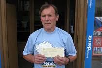 Bohumil Hlaváč z Kolína si z naší redakce na Karlově náměstí odnesl speciální třičko pro vítěze kola a volný tiket sázkové kanceláře Fortuna v hodnotě 100 Kč.