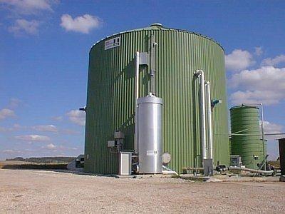 V bioplynové stanici v Drahobudicích by se měla spalovat kejda a především silážní kukuřice. Vzniklým bioplynem by se poháněl motor s turbínou, která by vyráběla elektřinu.