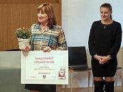 Učitelka Olga Kupcová ze Základní školy v Českém Brodě při převzetí ceny.