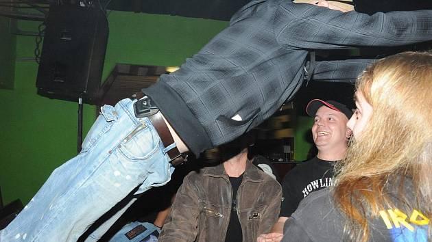 Tři regionální rockové kapely si daly v sobotu dostaveníčko v sále kolínské restaurace U Vodvárků. Cruel, Roxor a Monty Jack.