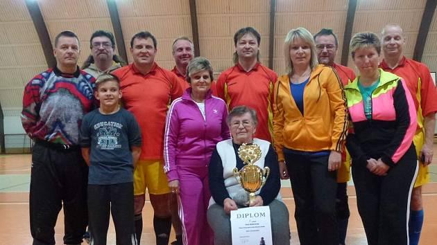 Pohár pro vítěze předávala maminka bývalého předsedy Slavoje Ratboř