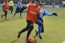 Fotbalisté Velimi (v modrém) se proti Libici natrápili. Nakonec ale soupeře porazili a připsali si na turnaji třetí vítězství v řadě.