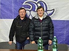 Vladimír Martinec (vlevo) a Bohuslav Šťastný se v rámci přátelského utkání ochotně podepisovali.