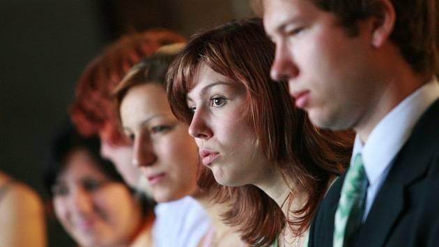 Studenti kolínského gymnázia dostávali maturitní vysvědčení