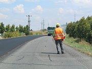Na silnici od Ovčár k dálnici se dělá nový povrch