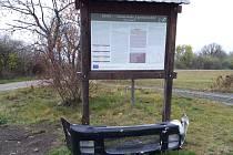 Někdo 'vyzdobil' informační panel u památníku bitvy u Lipan.