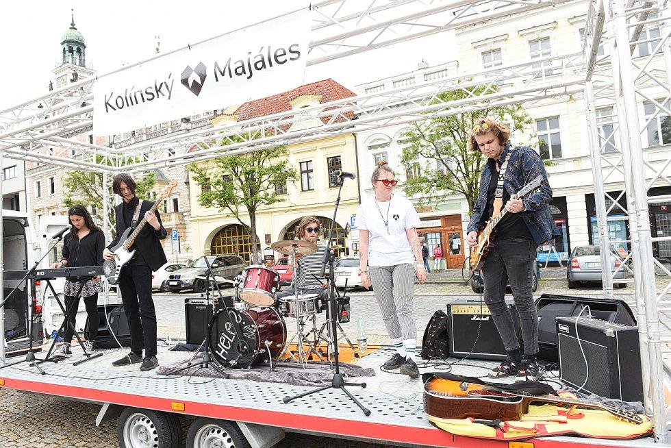Součástí Kolínského majálesu bylo koncertní vystoupení na valníku.