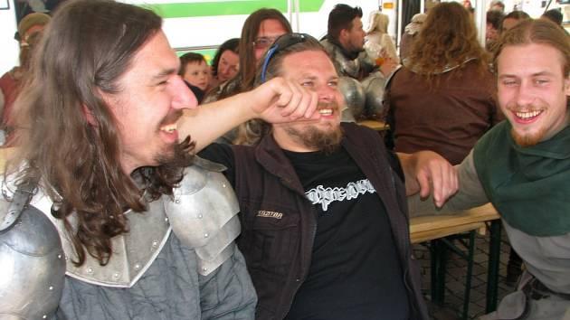 Kolínská společnost Poprávu spolu s kolegy o přestávce natáčení filmu Jan Hus v Kolíně