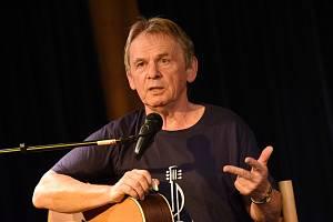 Z recitálu folkového zpěváka a kytaristy Vojty Kiďáka Tomáška v Komorním sále Městského společenského domu v Kolíně.