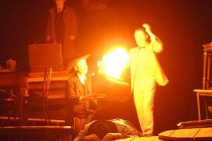 Divadelní představení Na východ od ráje