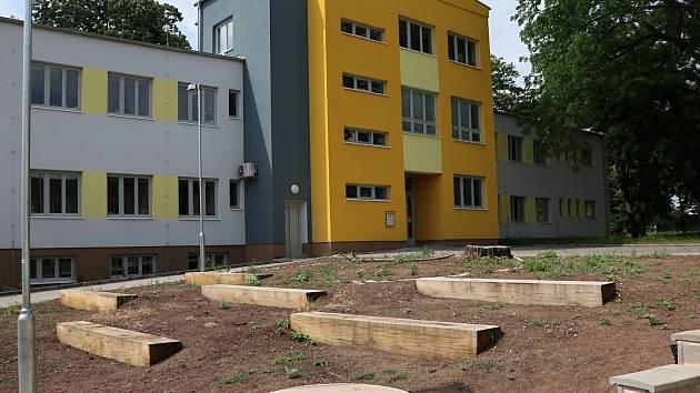 Nemocniční zahrada dostává novou podobu, v prostoru u školy se mění v živou zahradu.