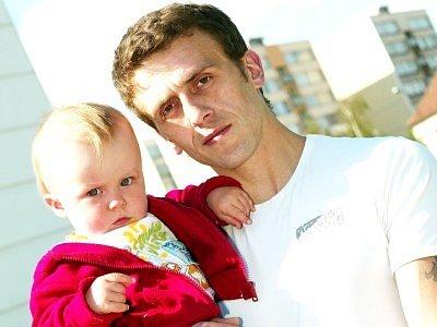 Vlastimil Chadima (30) vystudoval Střední odbornou školu stavební v Kolíně. Věnuje se živnosti instalatérství a topenářství. Je svobodný, má syna Ondřeje. Záliby: fotbal a PC.