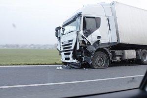 Střet autobusu a kamionu si nevyžádal lidské životy