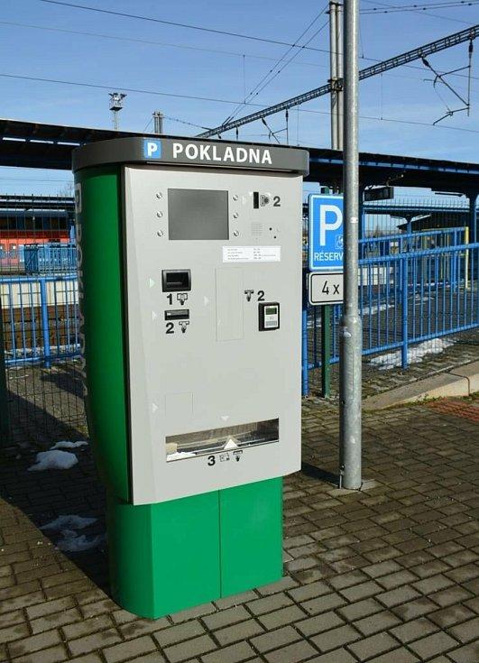 Parkovné u nádraží v Českém Brodě lze hradit platební kartou.