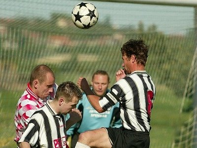 V utkání Veletov – Červené Pečky si domácí fotbalisté připsali první domácí body. Na domácím hřišti remizovali s Červenými Pečkami.