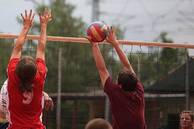 Z volejbalového turnaje v Pečkách.