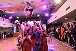 Poslední ples Obchodní akademie ozvláštnili tanečnice i veselí gymnasté.
