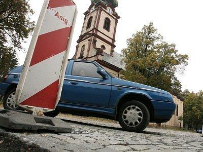 Ulice v Kostelci nad Černými lesy připomínají tankodrom. Lidem, ale i radnici už dochází trpělivost.