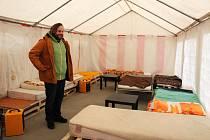 Prostor plus poprvé vybudoval stan pro lidi bez přístřeší. Ten slouží i jako denní centrum.
