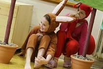 Děti ze školní družiny zahrály pohádku pro malé kamarády ze školky