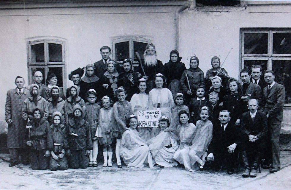 Během válečného období v roce 1941 se o zábavu staral ochotnický spolek z Tatců s představením Krakonoš.