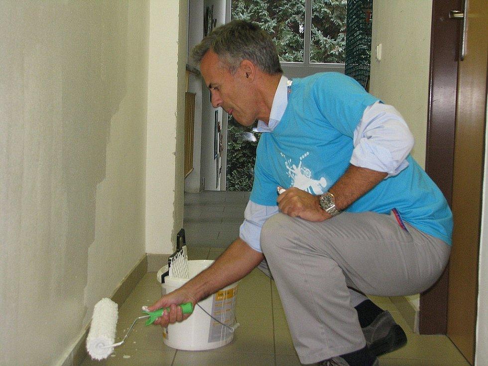 Vrcholoví manažeři TPCA přiložili ruku k dílu při pomoci sdružení Volno