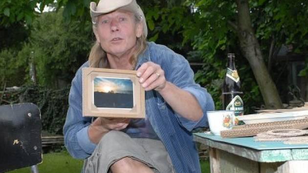 Jaroslav Dvořák ukazál výrobky, které vznikají z vlnité lepenky. Chvíli předtím si jej před kamerou prohlížela Jiřina Bohdalová.