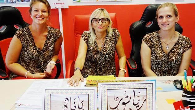 Jana Syřínková z cestovní kanceláře Roja Tour (uprostřed) vyprávěla, kam se Kolíňáci vydávají ve vedrech na dovolenou.