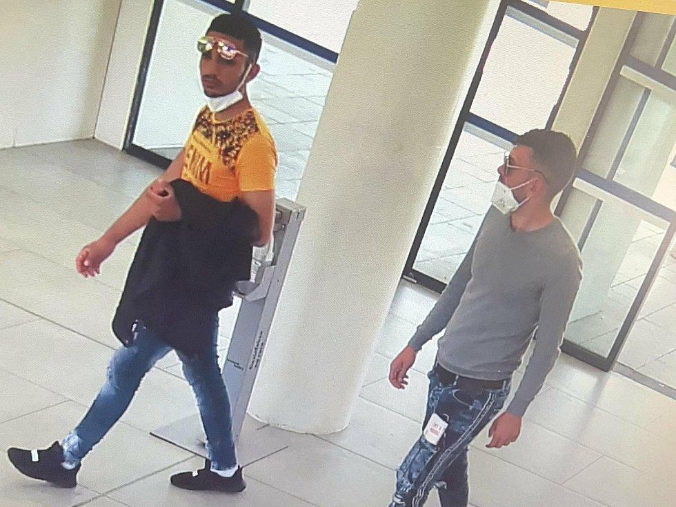 Dva muži podezřelí z okradení seniorky ve Sladkovského ulici v Kolíně.