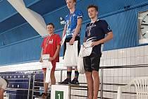 Hotovo. Kolínský plavec Maxim Suk (uprostřed) splnil v Praze limit na mistrovství Evropy juniorů v dálkovém plavání