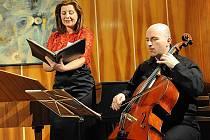 Letošní čtyřicátý šestý cyklus koncertů Kruhu přátel hudby pokračoval v úterý večer v komorním sále kolínského Městského společenského domu koncertem souboru Lyra Da Camera.