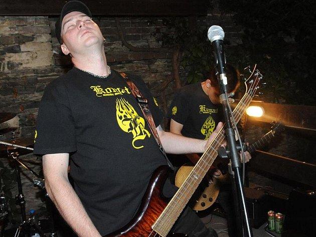 Chvaletická rockmetalová kapela Komat a místní punková Pochcaná ruka se představily v pátek na pravidelných hudebních večírcích v zahrádce restaurace U Ostrova.