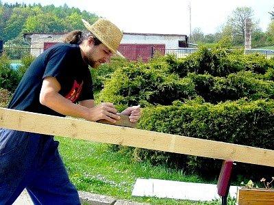 Práci se dřevem Jaroslav Bartůněk hravě zvládne.