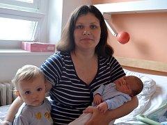 Jedenapůlletý Péťa se raduje z bratříčka. Mikuláš Krajíček se narodil 3. června 2015. Jeho první míry byly 51 centimetr a 3635 gramů. Maminka Jitka a tatínek Petr chlapce vychovávají v Kolíně.