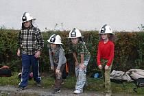 Čtyři ze dvou desítek dětí, které jsou dnes Cerhenickými hasičátky