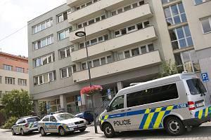 Policejní vyšetřování v souvislosti s nálezem mrtvé ženy v zamčeném bytě v Domě s pečovatelskou službou v Rubešově ulici v Kolíně.