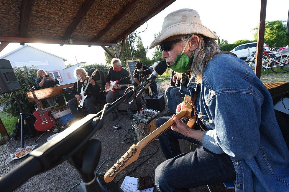 Z veřejné zkoušky kapely Los Utřinos ve Velkém Oseku