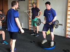 Jakub Semirád (vpravo) na tréninku v posilovně maká, aby měl tvrdší střelu.
