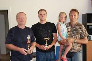 Nejlepší tři jarní části – zleva: vítěz Vladimír Ullman, třetí v pořadí Lukáš Lanc a cenu za druhou Janu Sýkorovou převzala dcera Zuzanka a manžel Ladislav.