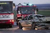 Nehoda autobusu a dvou osobních vozidel odbočky na Ratboř