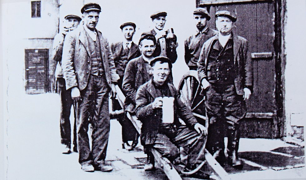 Expedici sudů do pivovaru zajišťovali všichni, protože nakládka 200 litrových sudů nebyla snadná, hodila se každá volná ruka.