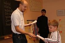 Basketbalisté Kolína předávali vysvědčení na 1. základní škole.