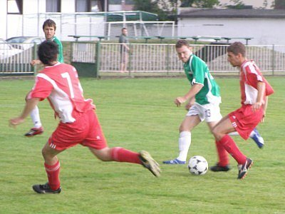 Kouřim si připsala další parádní výsledek. Vyhrála v Nymburce. Jedním gólem k tomu přispěl Martin Snížek (u míče).